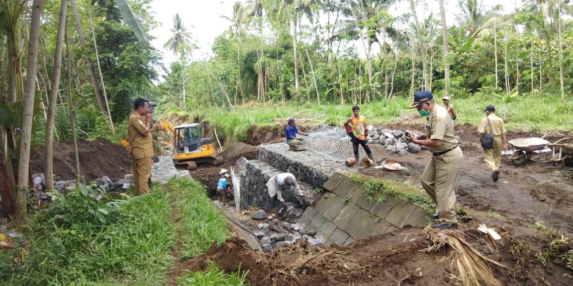 Pembangunan Bahu Sungai Longsor